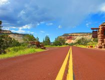 """ZION-MOUNT CARMEL HIGHWAY, UTAH#Auf diesen Highway bereitet einen keiner vor. Plötzlich ist die Straße zum Zion National Park nicht mehr eintönig grau, sondern erstrahlt rot-braun wie die Umgebung. Irre.  """"In Europa wäre die Straße mit Sicherheit gesperrt"""", hört man sich selber sagen, aber man bekommt keine Antwort. Die anderen im Wagen verarbeiten gerade auch die Impressionen der Superlative.#Lieblingsplatz von: <b>T. Märzendorfer (Text/Bild)</b>"""